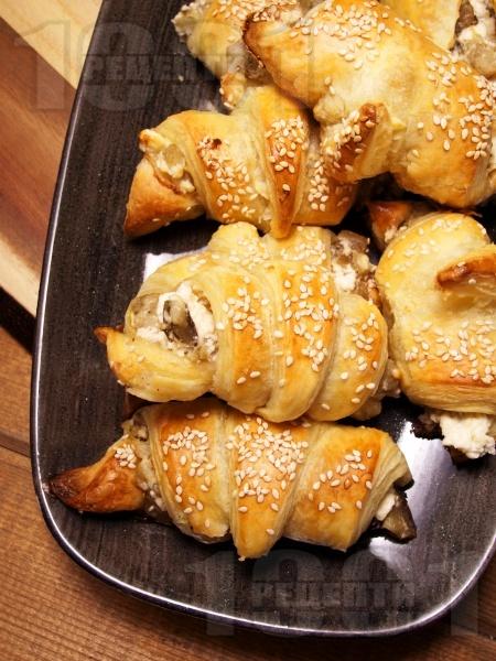 Лесни солени кифлички от бутер тесто с патладжан, сирене и сусам - снимка на рецептата